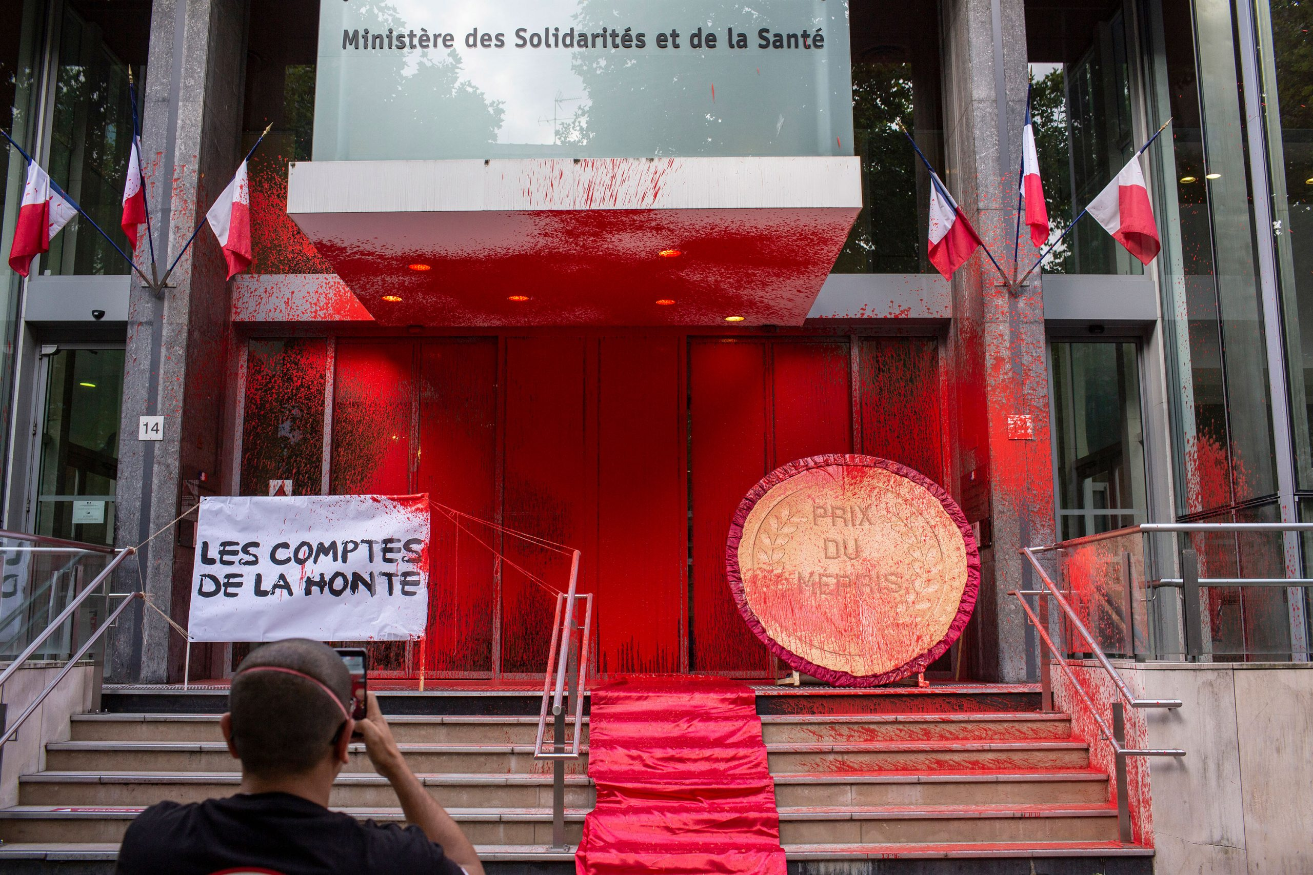 French Overall health Ministry sprayed with crimson paint by coronavirus protesters