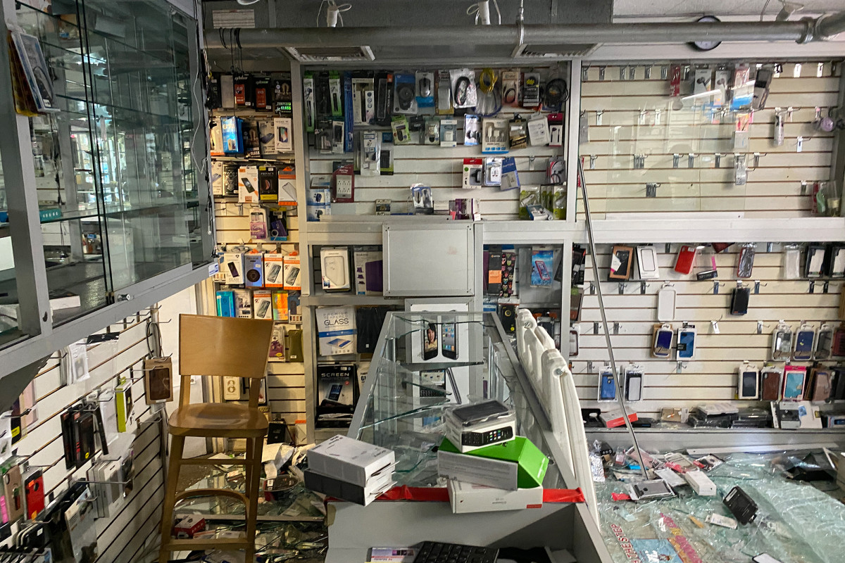 Video shows looters repeatedly ransacking NYC electronics store