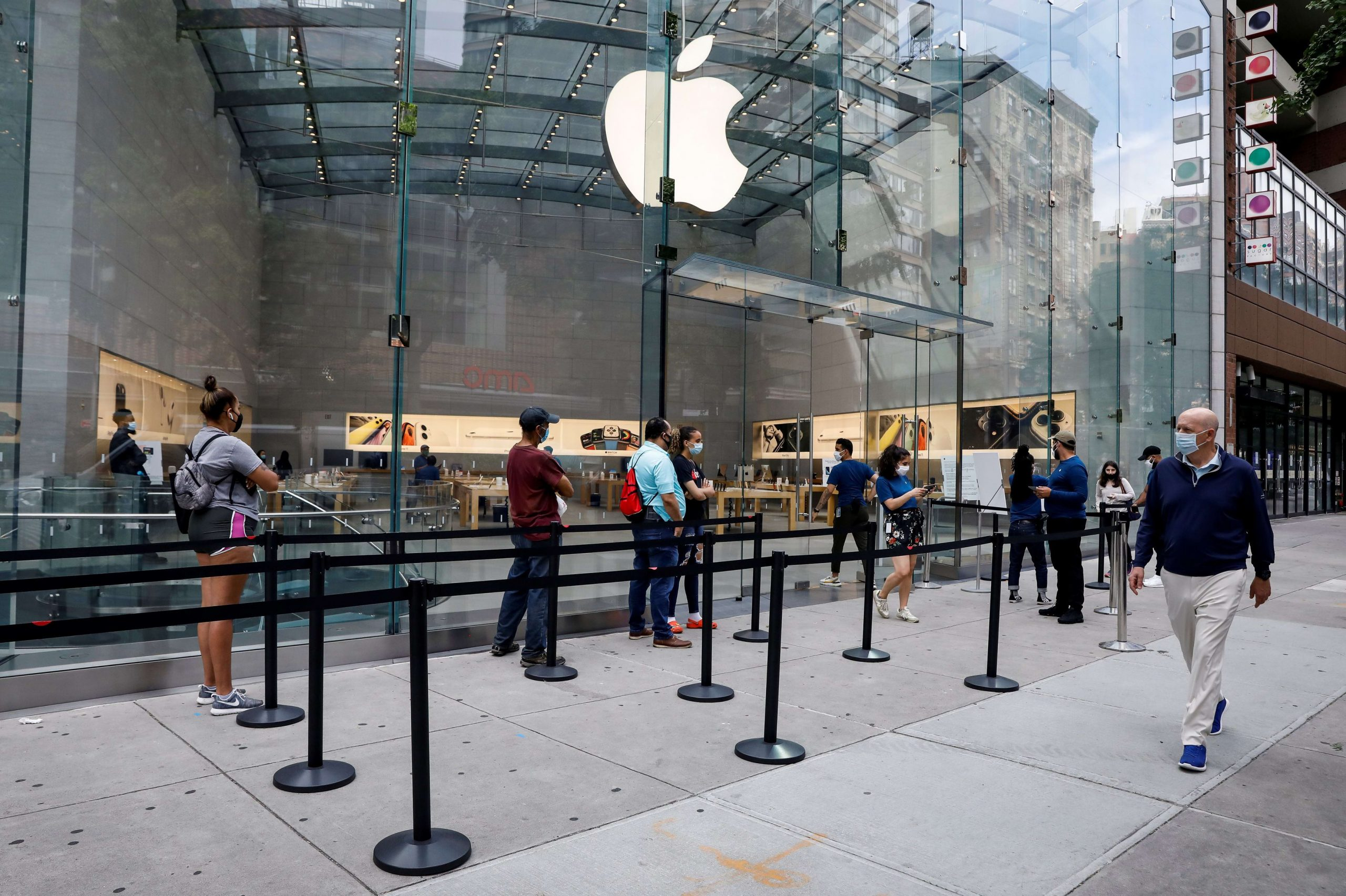 Apple to reclose 30 extra retail outlets as coronavirus cases spike