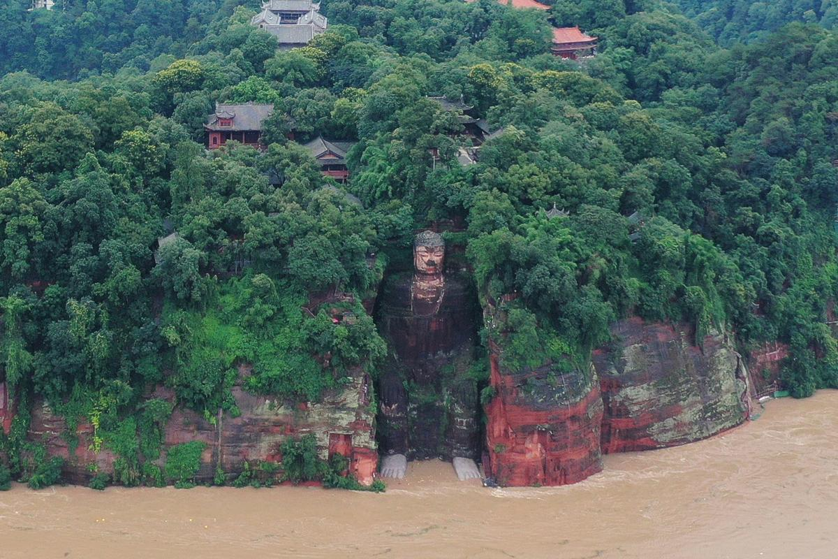 China evacuates 100,000 as floods threaten heritage site