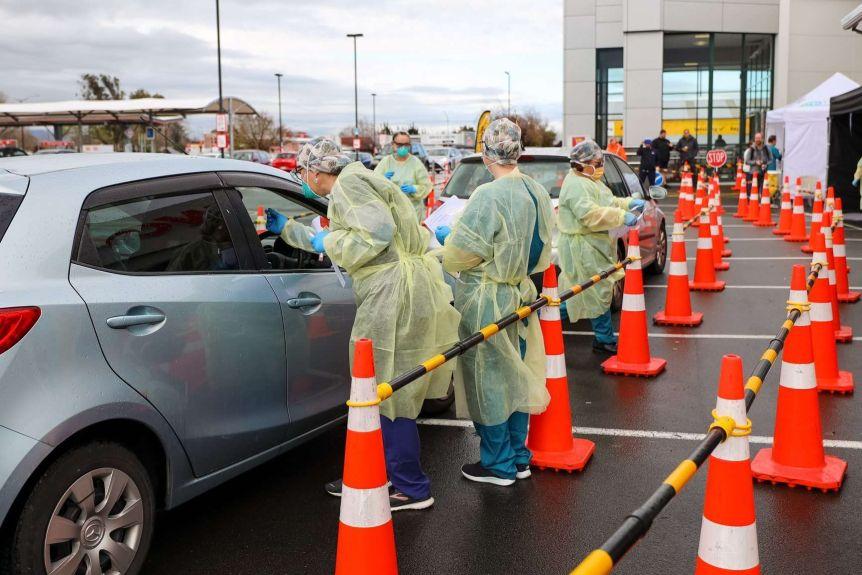 Motorists queue at the New Zealand Community Coronavirus Test Center.