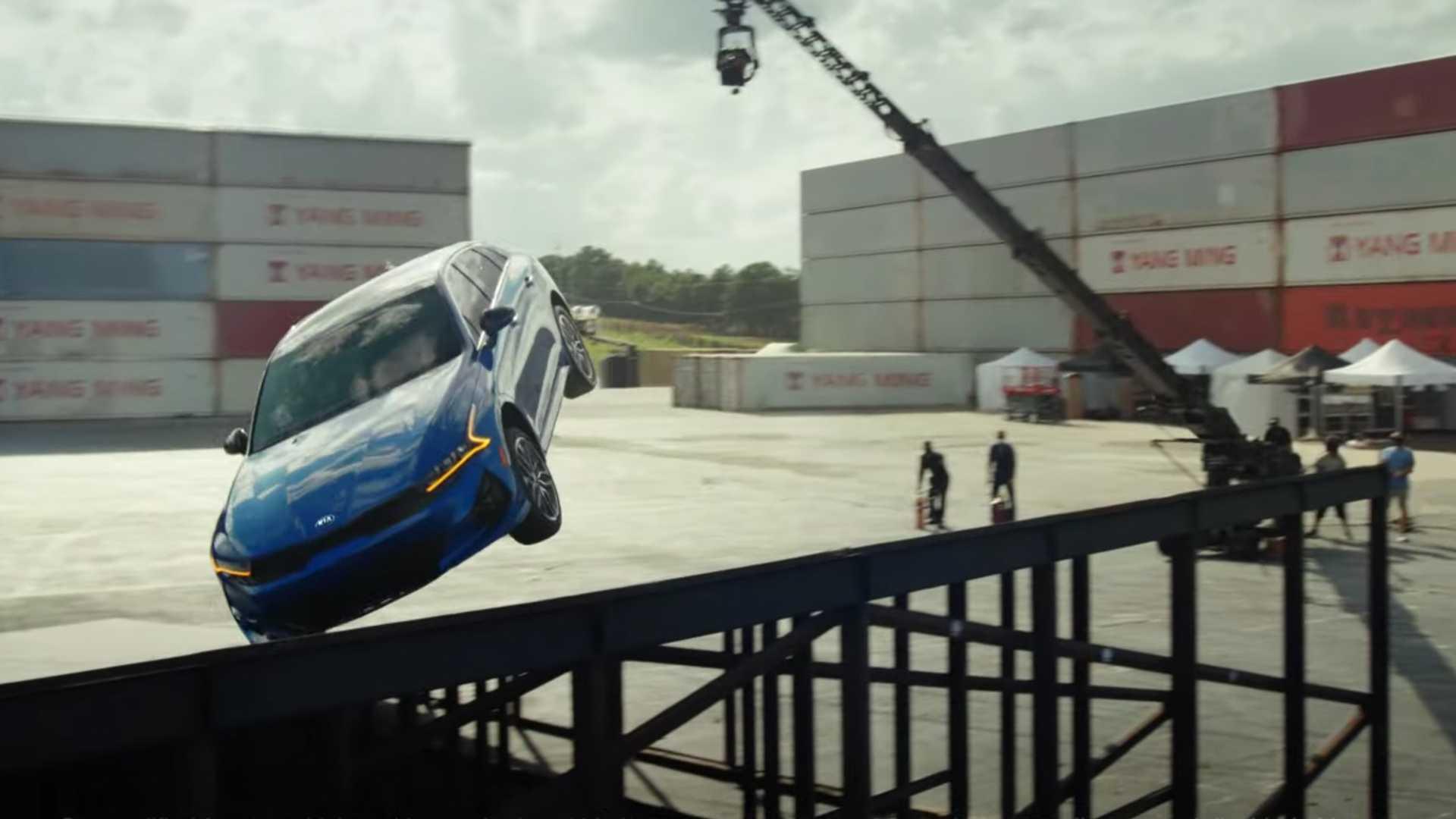 Watch the Kia K5 Land 360 ° between two ramps