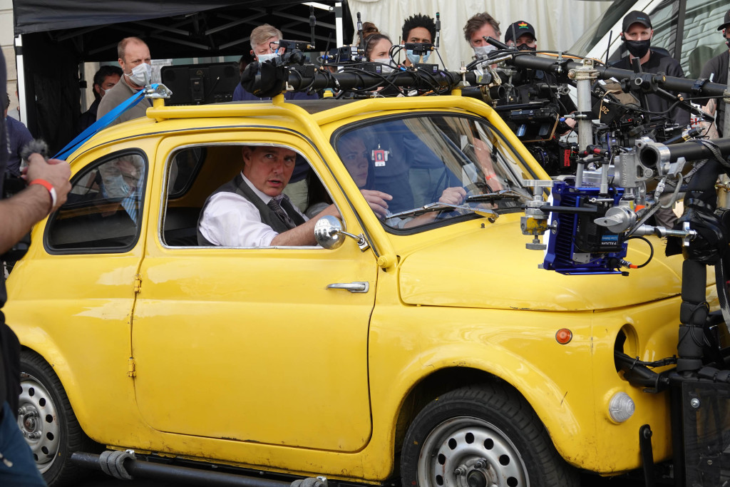 Tom Cruise and Hailey Atwell portray Mission Impossible 7 in the yellow film Cinquecento in Rome