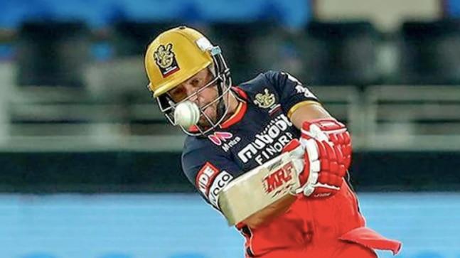 RCB's IPL 2020 Eliminator: AB de Villiers shouts 'pull it out' behind logs as David Warner faces a free kick