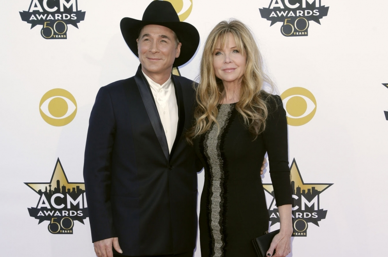 Removing the Snow Owl Clint Black and Lisa Hartman Black from 'The Masked Singer'