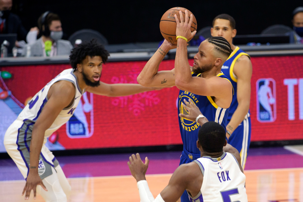 The Warriors fight to support Steve Curry in a 114-113 loss to Kings Tuesday