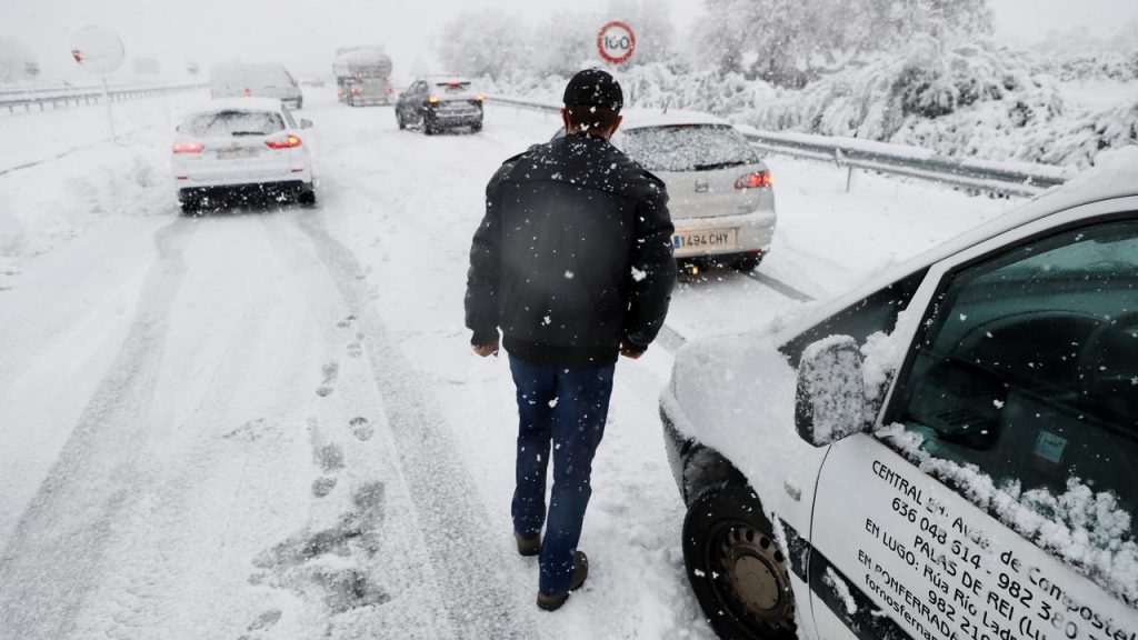 Spanish Army helps motorists stranded in snowstorm |  right Now