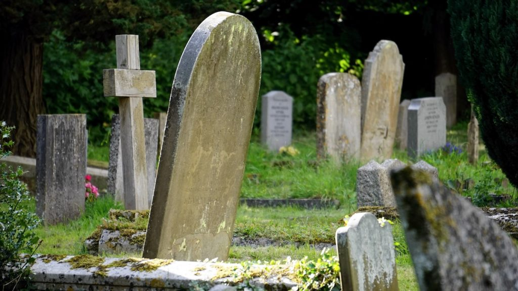 Grafdelver misbruikt zwakbegaafde vrouw op begraafplaats