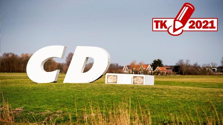 Symbolisch voor de afbrokkelende steun op het platteland? De letters van het CDA staan er hier wat onfortuinlijk bij (Foto: Guus Schoonewille/ANP)