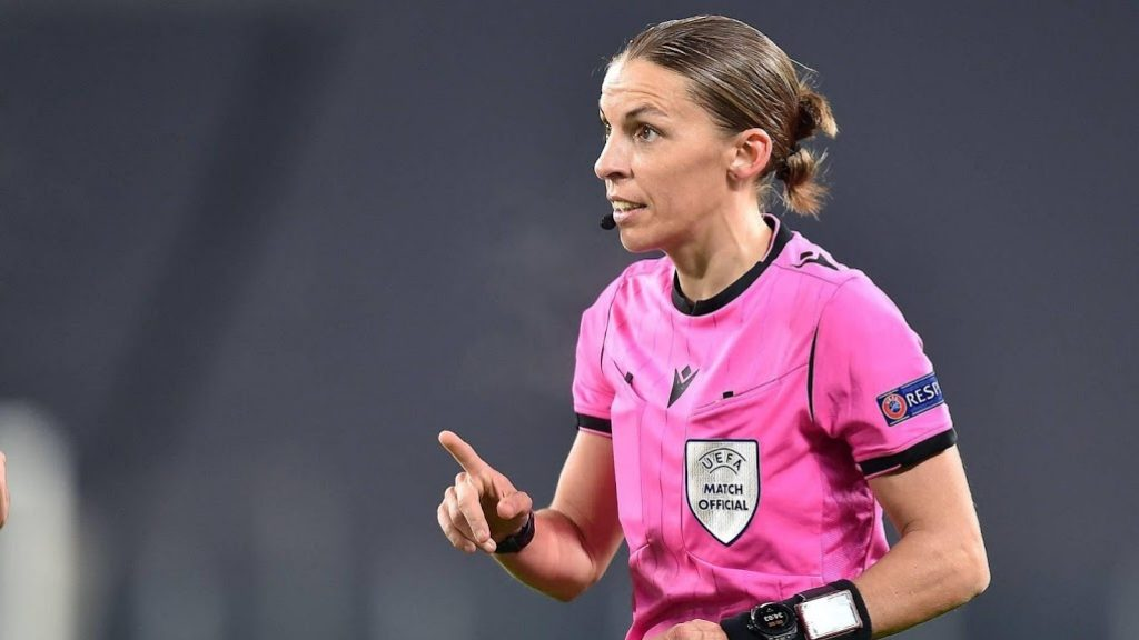 Dutch national team match whistle for the first time by a woman