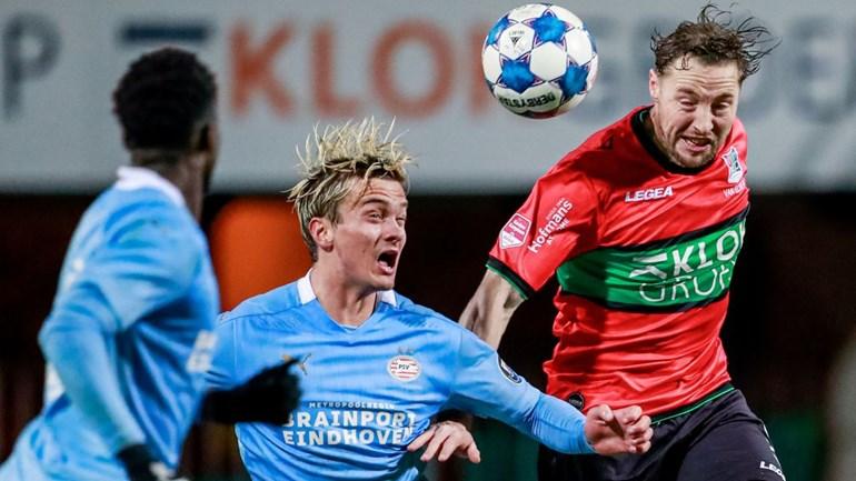 Rens van Eijden wint een duel tegen Jong PSV. Foto: BSR Agency