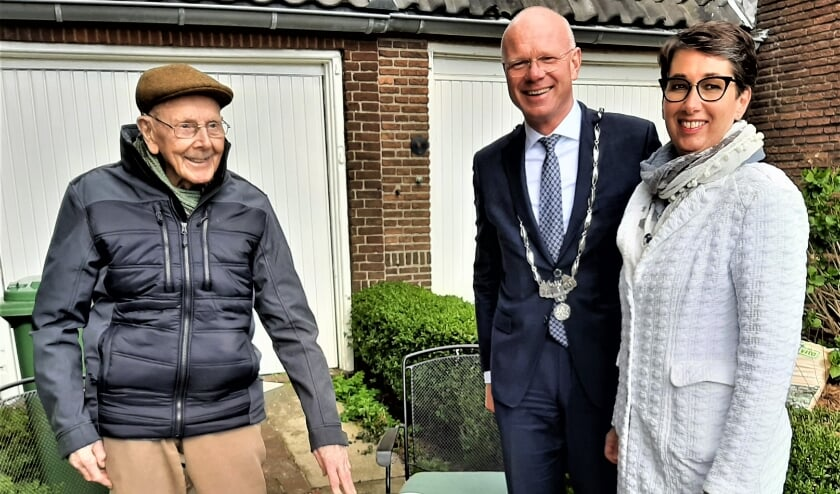 The mayor and his wife visit 100-year-old Hope