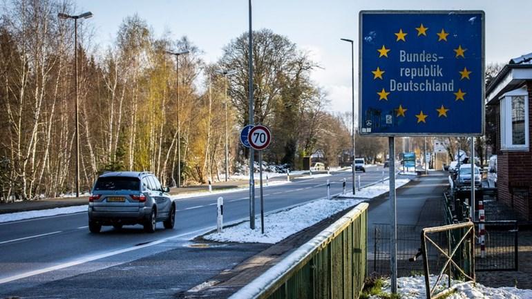 Een auto gaat de Duitse grens over. Foto: ANP