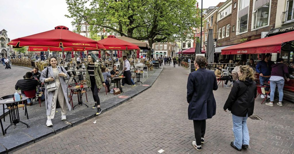 People Flock to the Shops and Terraces: Finally 'Fat Saturday' Again |  The interior
