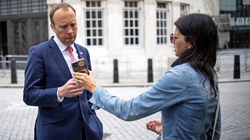 British minister apologizes after revealing his relationship with his assistant