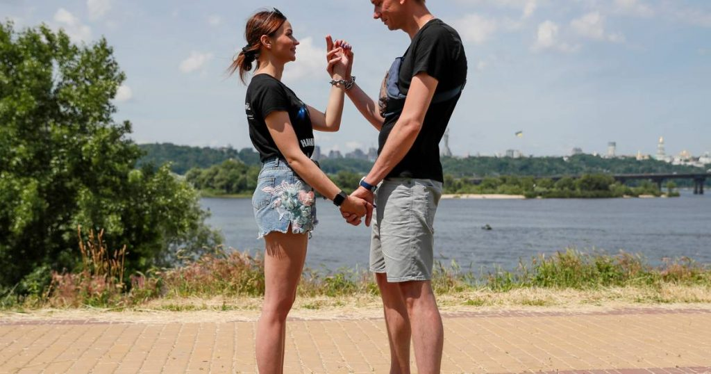 Couple handcuffed for 4 months to save the relationship: 'Don't do what we did' |  abroad
