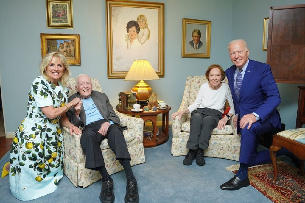 """""""Does this guy live in a doll house?"""": Biden photo with a wagon…"""