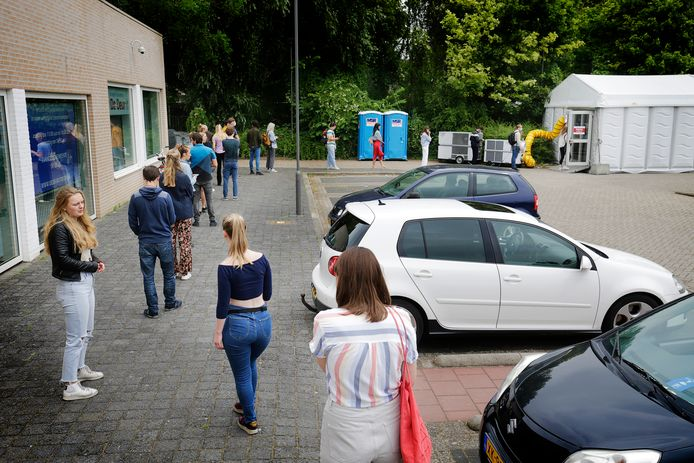 Long queues in Testen for arrival, in the parking lot of the Den Hommel swimming pool in Utrecht.