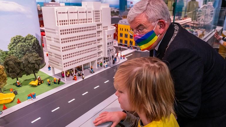 Burgemeester Van Zanen bekijkt 'zijn' Den Haag in Legoland