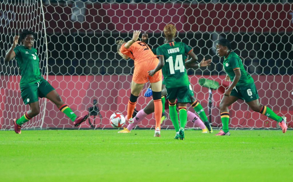 The Orange Women started the Olympics with a monster victory over Zambia (10-3), after honoring injured Sherida Spits.
