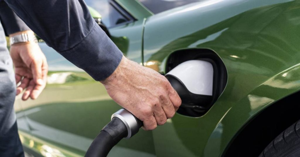 Increasing pressure on charging stations: Nearly five cars on average for one public charging station |  the cars