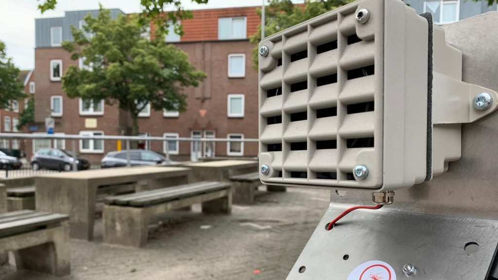 Rotterdamers can hunt down young men lounging by themselves with a loud locker