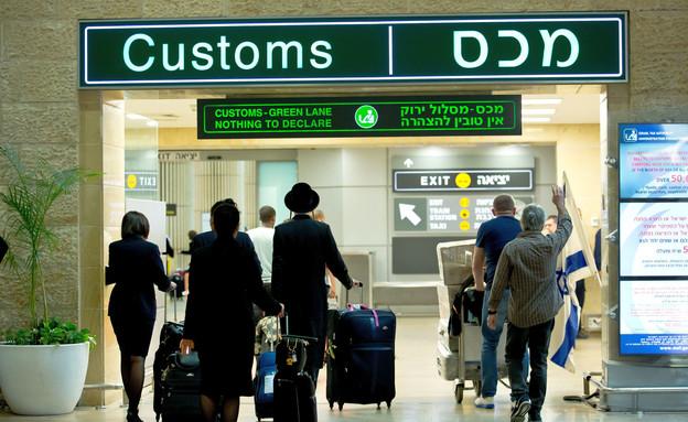 Senior customs officer's revenge: informing him of his sister