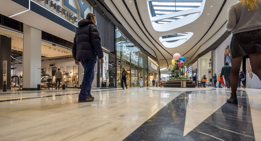 Confused man arrested for brandishing knife in Holland mall
