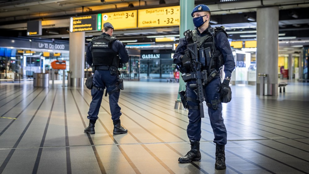Marechaussee intercepts gold bars and coins in Schiphol